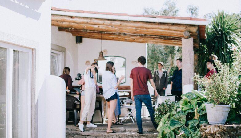 Folk er sammen på terrasse